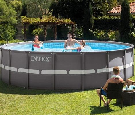 Piscina intex redonda modelo ultra frame 549x132cm con tres personas bañándose