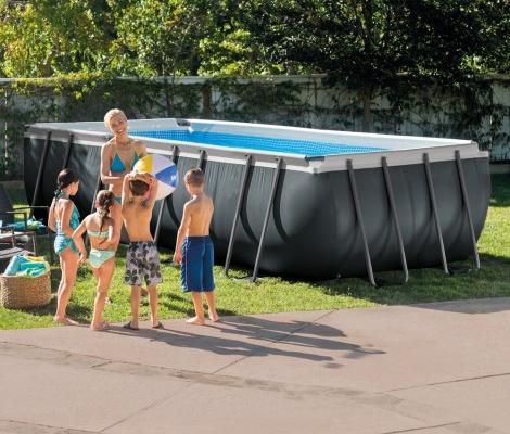 Piscina en un jardín con niños y una pelota antes de bañarse